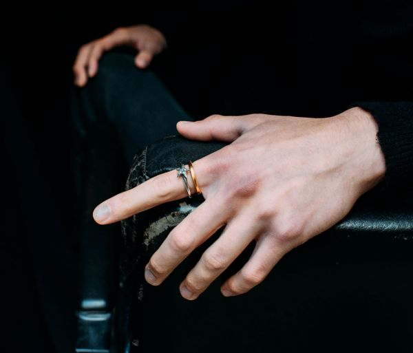 ring classic round hammered gold