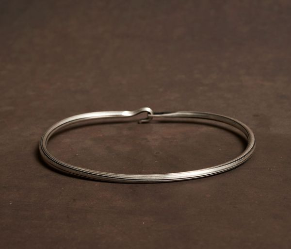 bangle side hook groove